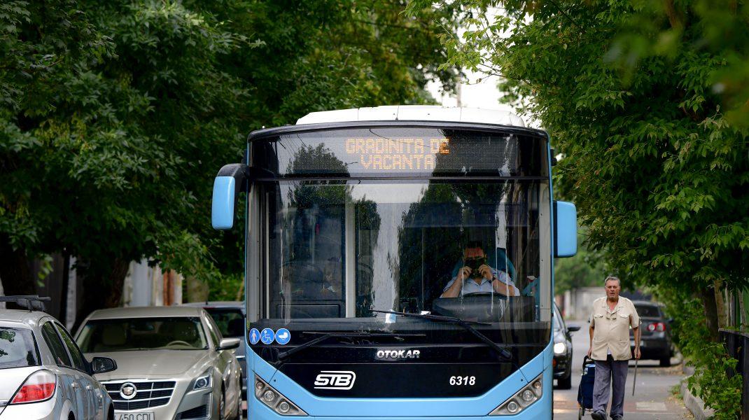Autobuz care merge pe o stradă din București.