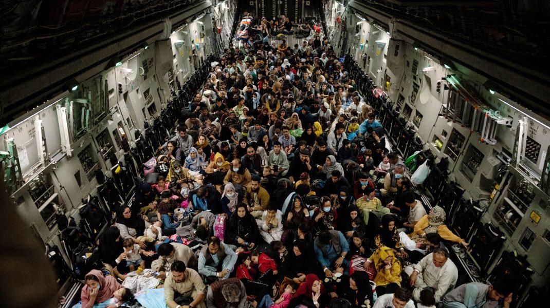 Oameni în avion, evacuați din Afganistan.