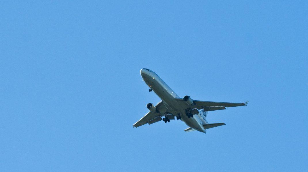 Avion pe cer, în zbor.