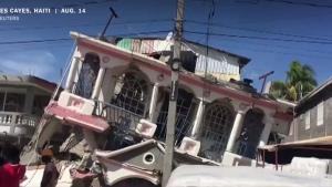 casa distrusa de cutremur in haiti, august 2021.