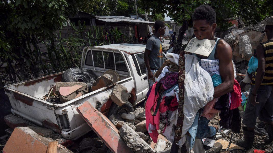 oameni printre ruine dupa cutremurul din haiti