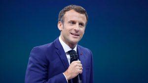 Emmanuel Macron cu microfonul în mână.