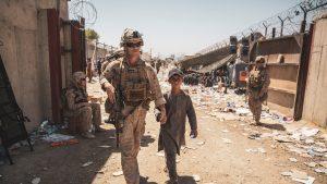 un copil si un militar sua in aeroportul din kabul.