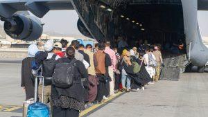 afgani urca intr-un avion c-17 al sua, pe aeroportu din kabul