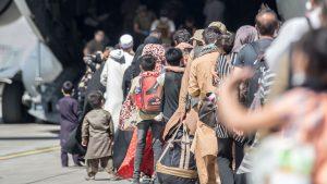 copii evacuati din afganistan cu un avion c-17 al sua.