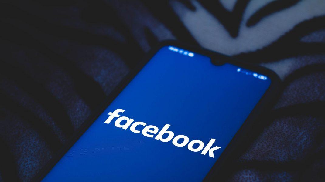Telefon cu logo-ul Facebook pe el.