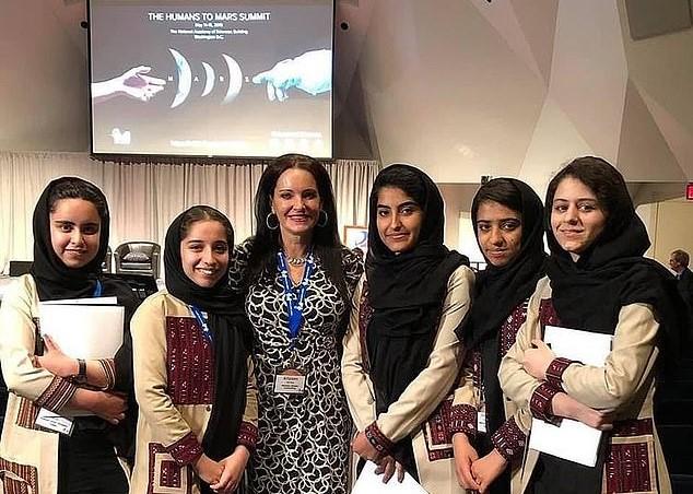 O femeie cu 11 copii din SUA a salvat 10 fete din Afganistan. Povestea impresionantă
