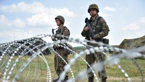 militari polonezi dupa un gard sa sarma ghimpata.