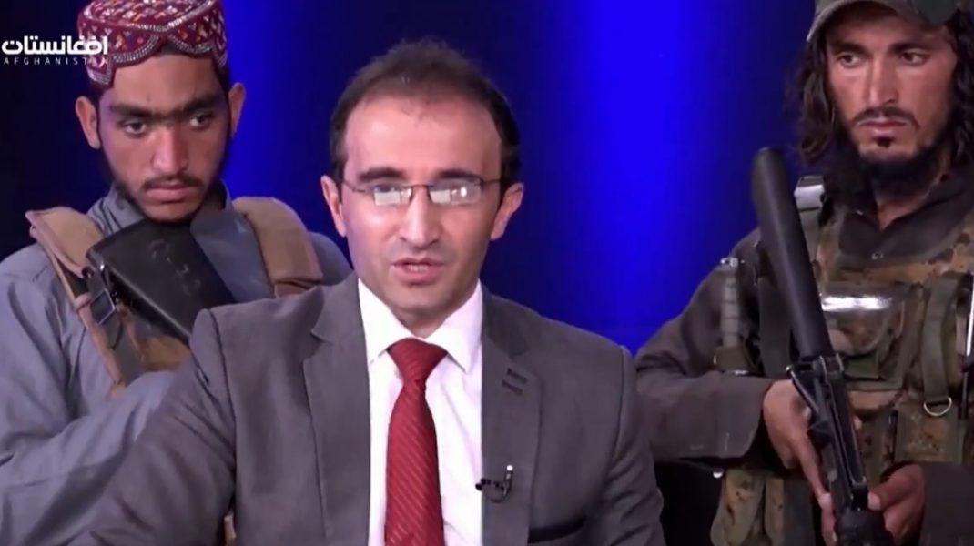 VIDEO: Prezentator TV afgan, înconjurat de talibani înarmați, face apel la calm. Mesajul transmis populației