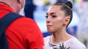 Larisa Iordache, în lacrimi după anunțul retragerii din finala de la bârnă. Foto: COSR