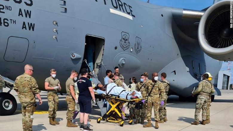 O femeie afgană a născut la bordul avionului american care o evacua din Afganistan