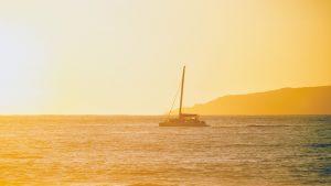 Vapor care merge pe apă la apus de soare.
