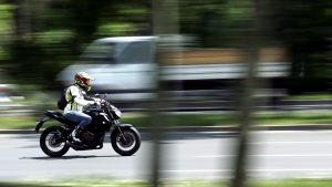 Un motociclist strabate bulevardul Kiseleff, marti, 4 mai 2021, in Bucuresti. MEDIAFAX FOTO