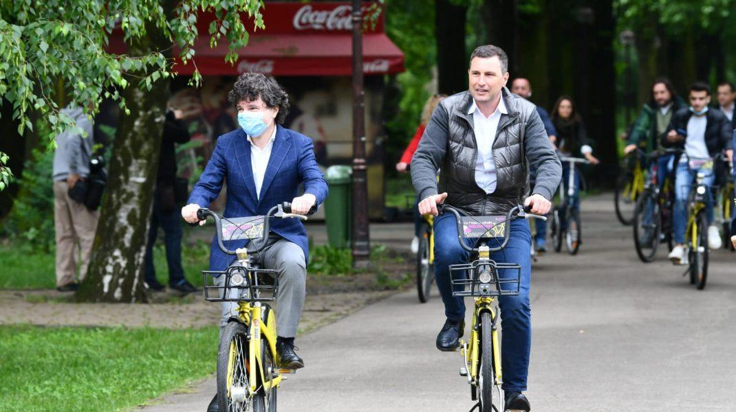 Nicușor Dan și Tánczos Barna, ministrul mediului, cu bicicleta în parc. Foto: facebook.com/NicusorDan.ro