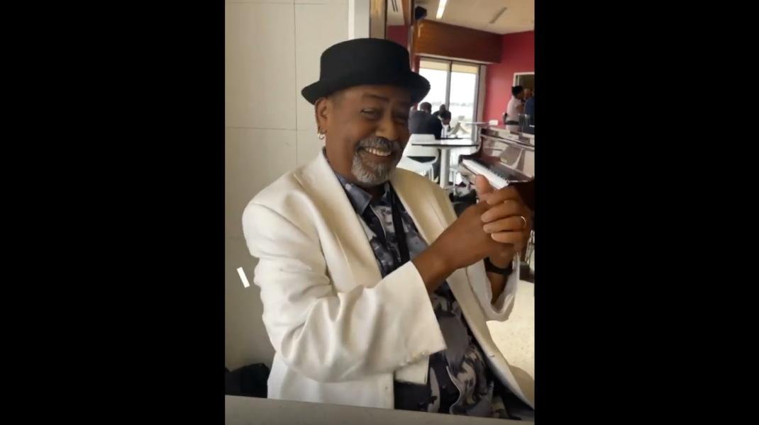 Pianist care a primit bacșiș de 60.000 de dolari în aeroport.