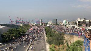 Oamenii care merg să protesteze lângă portul din Beirut.