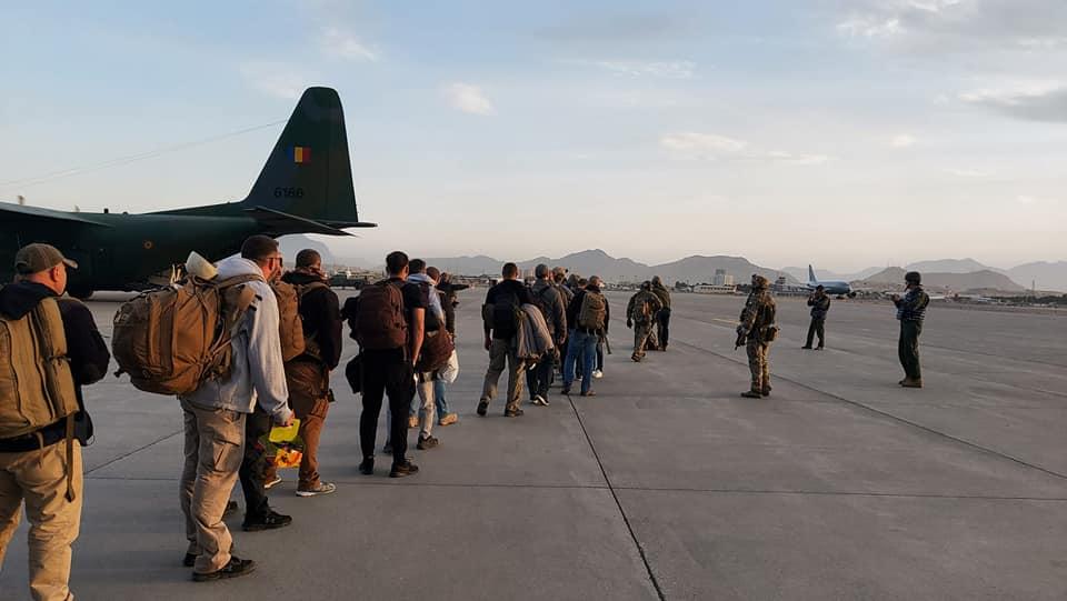 Cei 15 români evacuați din Kabul, înainte de îmbarcare. Foto: MApN