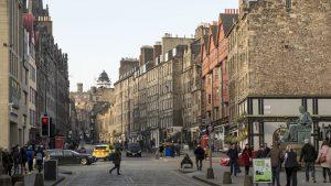 Oamenii se plimbă pe o stradă din Scoția.