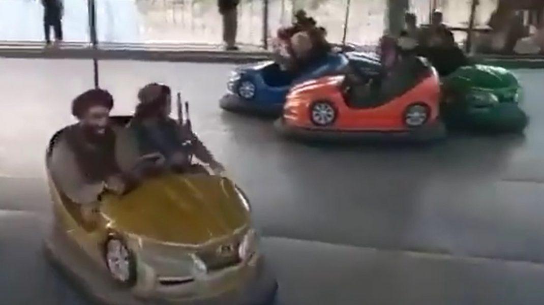 VIDEO: Talibanii au invadat un parc de distracții din Kabul. Imagini cu luptătorii islamiști în mașinuțe electrice