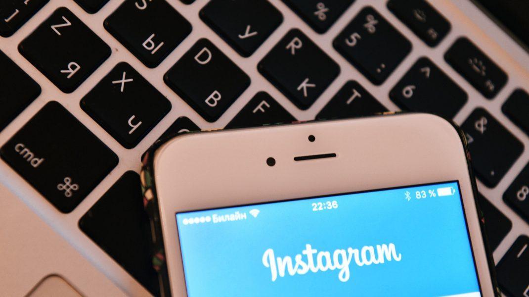 Telefon cu cont de Instagram deschis.