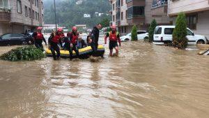 Echipele de salvare în mijlocul indundațiilor din Turcia.