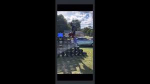 Un bărbat care filmează un viral pentru TikTok.
