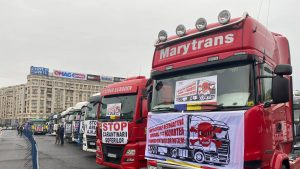 Transportatorii protestează în fața Guvernului