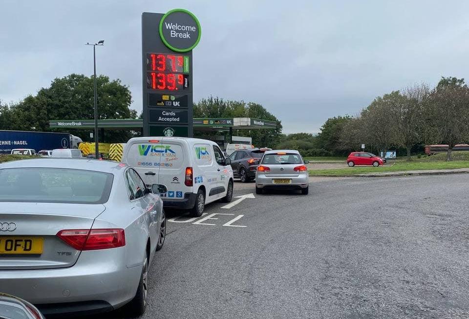 VIDEO. Măsură extremă în Regatul Unit: Benzinăriile anunță o limită de 30 de lire la combustibil