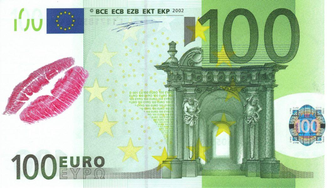 Bancnota de 100 de euro cu urme de ruj pe ea.