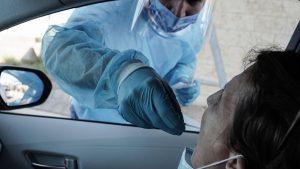 femeie testata pentru covid in masina