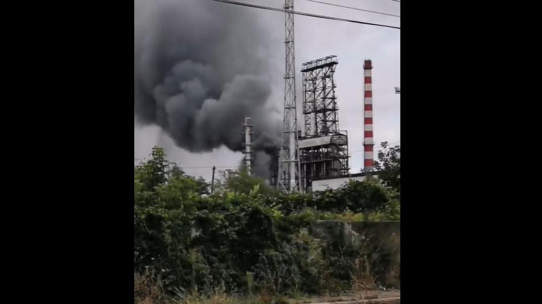 Fum dens la rafinăria din Ploiești