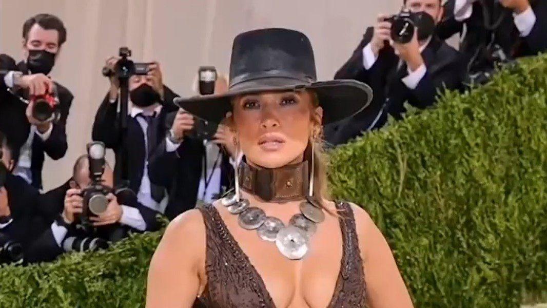 Met Gala 2021. Ce ținute au purtat vedetele: Jennifer Lopez, în centrul atenției pe covorul roșu. VIDEO