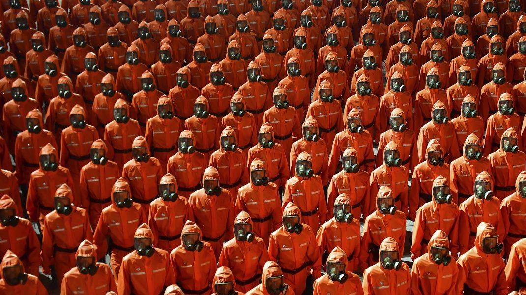 militari in combinezoane, la parada din coreea de nord.