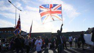 protest cu steaguri in marea britanie