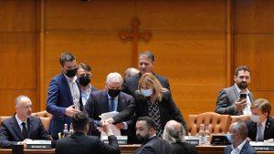 Deputatul PNL Florin Roman este obligat de deputati sa paraseasca prezidiul din sala de plen a Camerei Deputatilor, dupa ce a fost contestat ca presedinte de sedinta de catre parlamentarii USR PLUS si AUR, in timpul adunarii parlamentare dedicata citirii motiunii de cenzura la adresa premierului Florin Citu, joi, 9 septembrie 2021, la Palatul Parlamentului. ANDREEA ALEXANDRU / MEDIAFAX FOTO