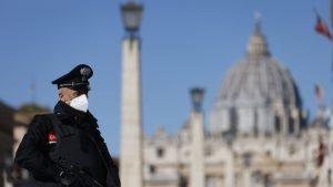 Carabinier în Roma, mască la gură