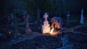 Mormânt tămâiat de o femeie