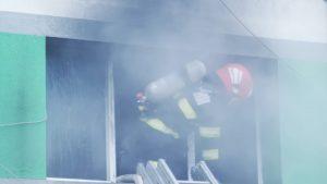 Pompier înconjurat de fum
