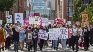 Femei protestând împotriva legii avortului SUA