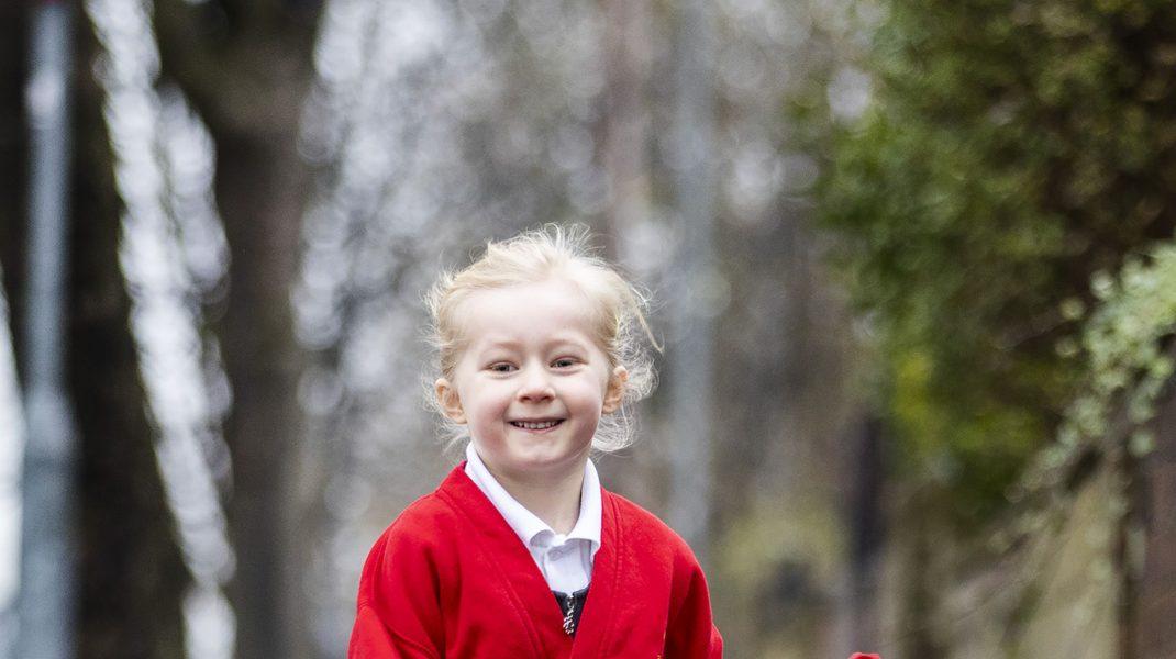 Fetiță blondă merge la școală