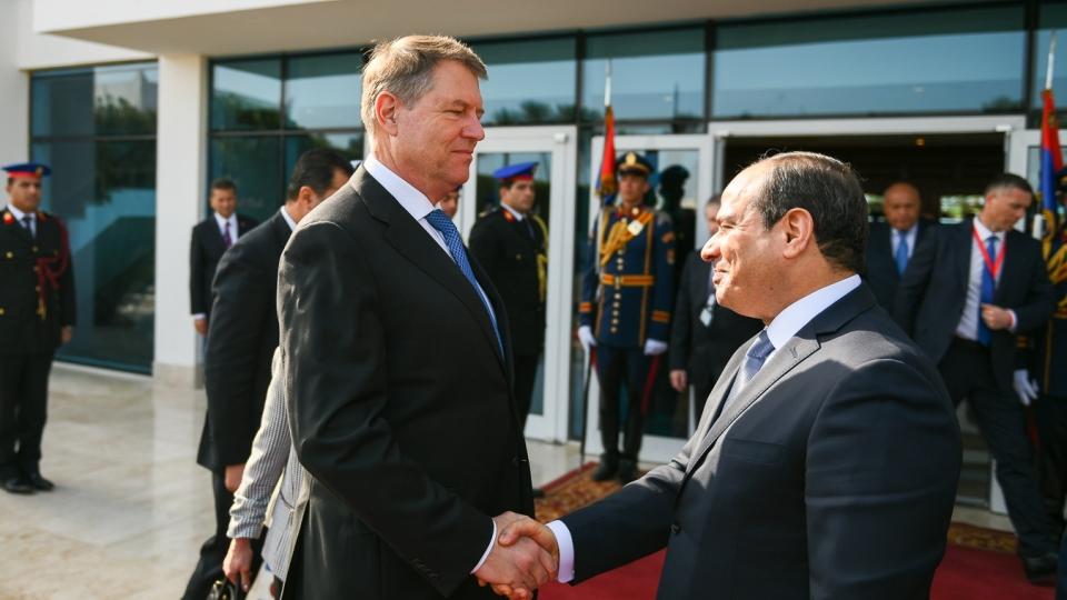 În plină criză politică, Klaus Iohannis merge în Egipt