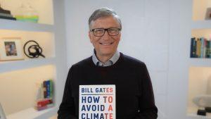 bill gates cu o carte in mana