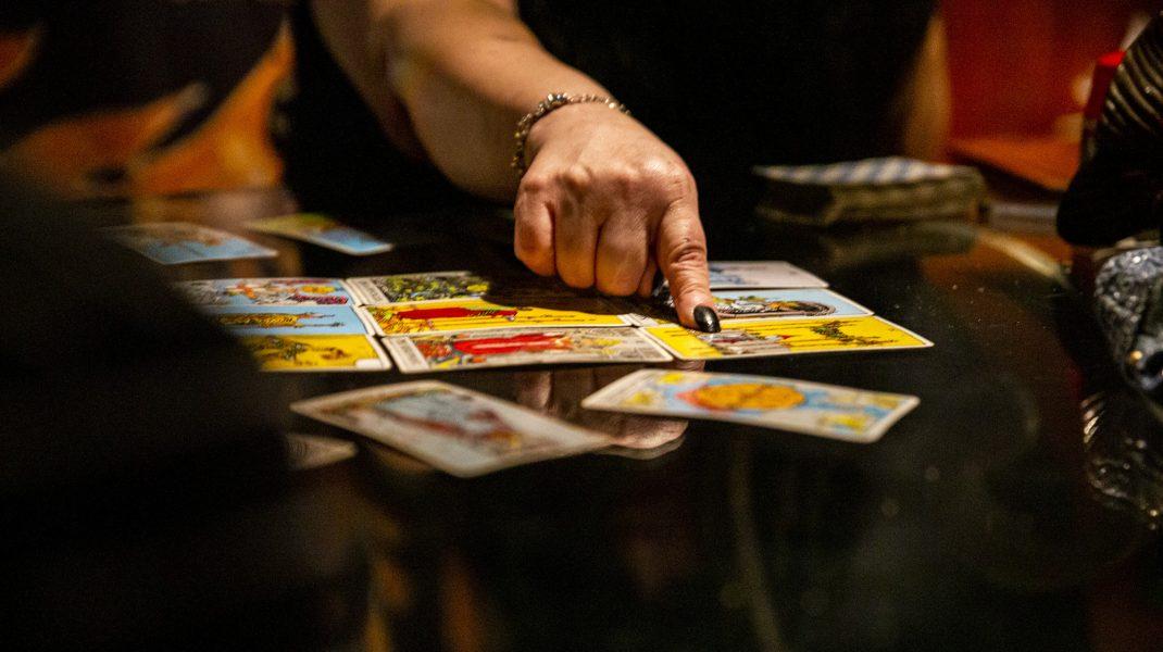 Cărți de tarot pe o masă