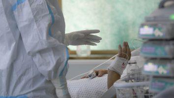 Un cadru medical discuta cu un pacient internat in sectia de terapie intensiva.