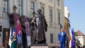 Președintele României Klaus Iohannis lângă statuia Brukenthal