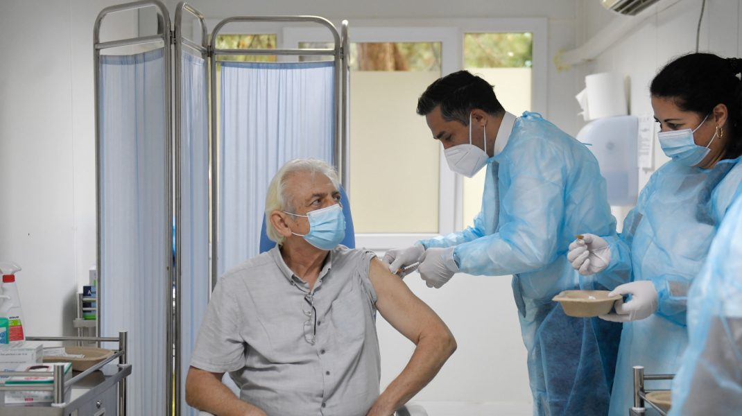 Coordonatorul campaniei naţionale de vaccinare Valeriu Gheorghiţă a anunţat că joi a fost definitivată lista categoriilor de pacienţi pentru care se va recomanda vaccinarea cu trei doze iniţiale şi apoi una de rapel.