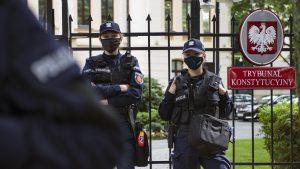 Polițiștii păzesc Tribunalul Constituțional din Varșovia.