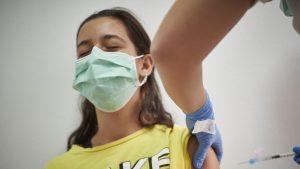 adolescentă vaccinându-se cu moderna